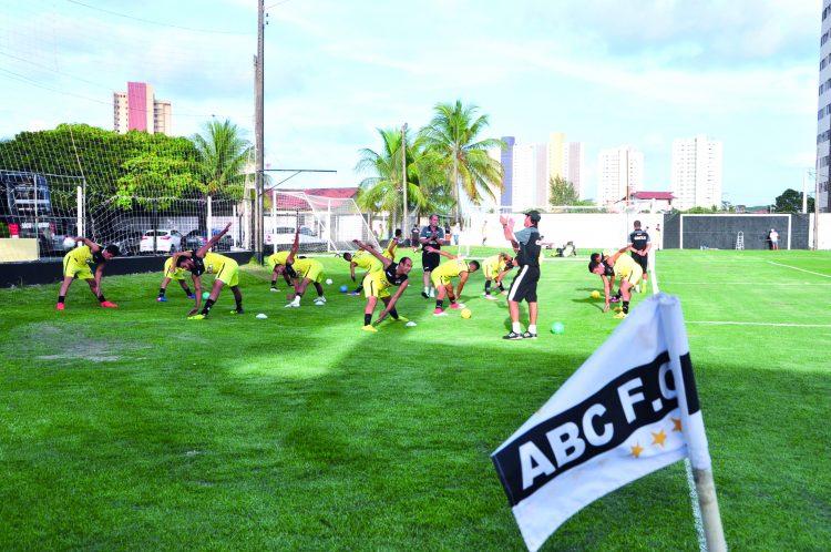 ABC joga neste sábado (14) contra o CSA de Felipe Camarão