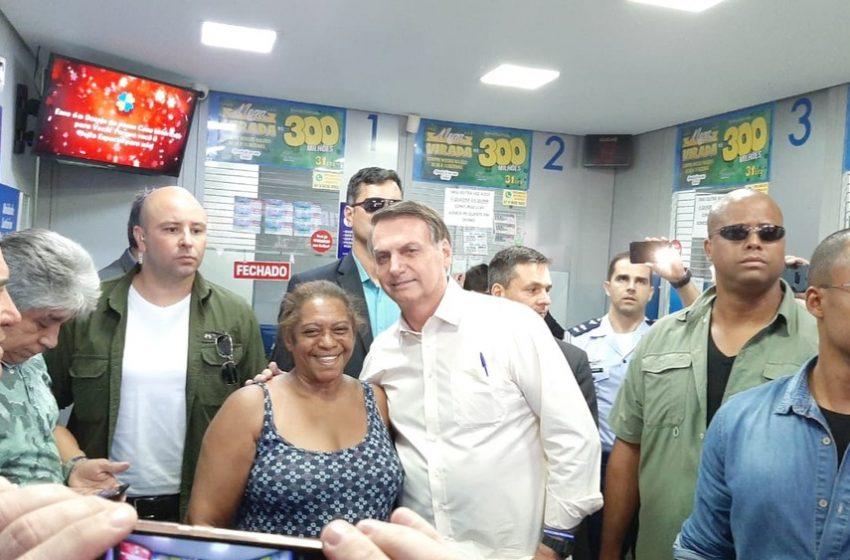 Sem agenda, Bolsonaro vai a lotérica em Brasília para fazer apostas na Mega da Virada
