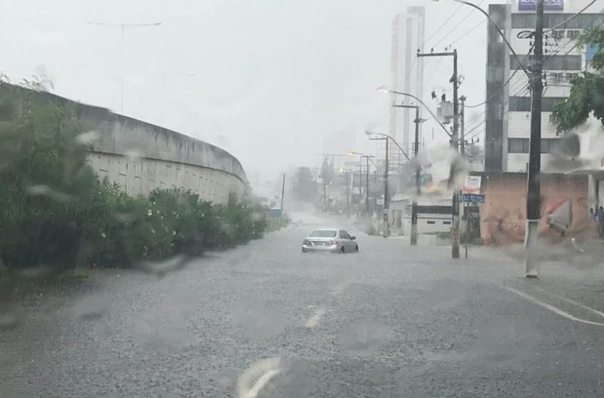 Chuva causa alagamentos e dificulta trânsito em Natal; VEJA VÍDEOS