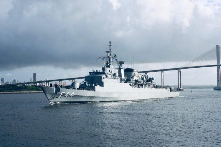 """Fragata """"Independência"""" desatraca de Natal para operação no Líbano"""