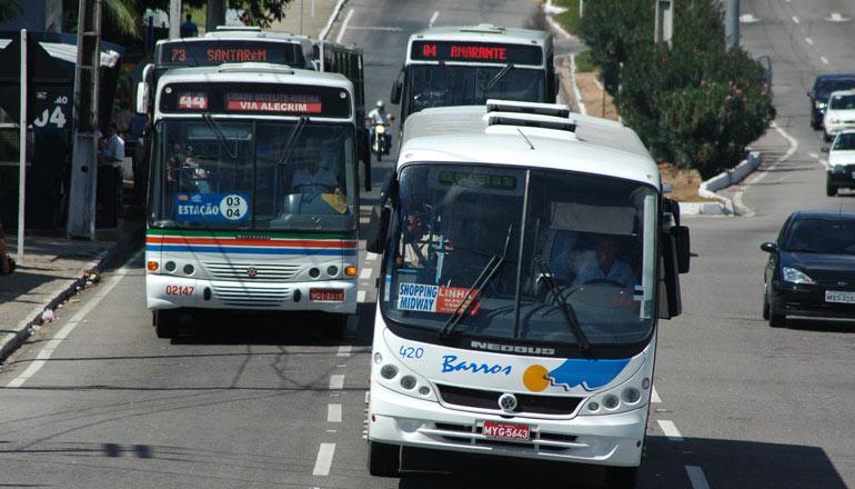Motoristas de ônibus fazem paralisação nesta Segunda- feira (9) em frente ao SETURN