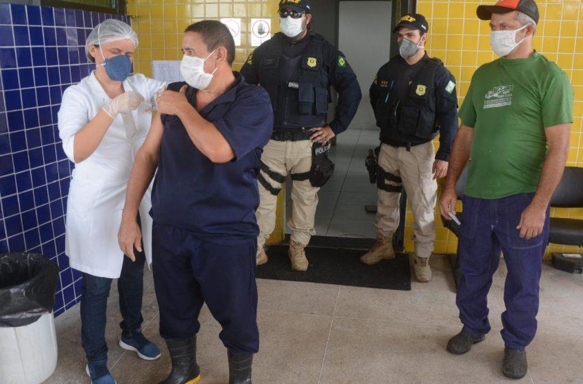 Vacina da gripe: Prefeitura e PRF realizam ação na BR-406 para caminhoneiros