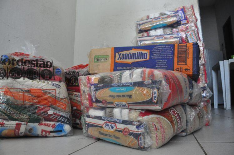Torcedores do América doam alimentos para famílias de funcionários demitidos do ABC
