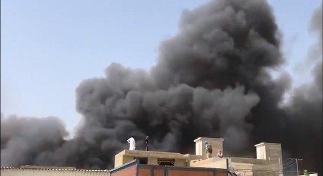 Avião com 107 pessoas cai em área residencial no sul do Paquistão