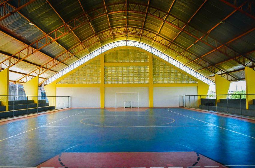 Prefeitura inaugura quadra poliesportiva na Serrada; pavimentações e iluminação de LED também foram entregues no município