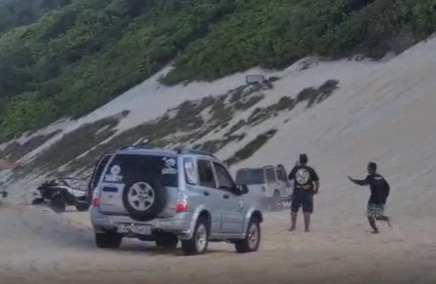 Veiculo capota após subir em duna na Grande Natal; veja vídeo