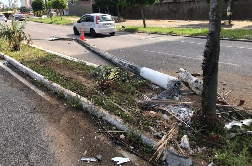 Carro derruba poste, bate em outro e motorista foge após acidente em Natal