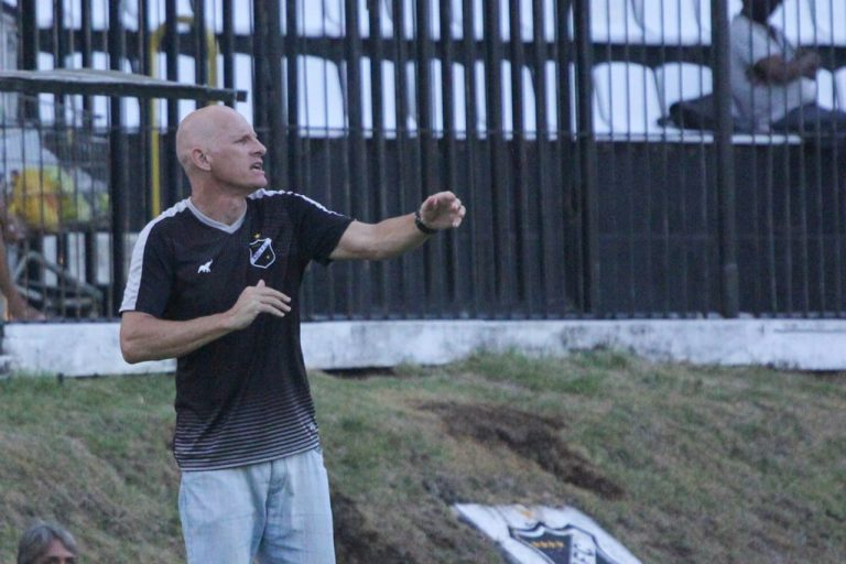 Sílvio Criciúma relaciona 23 jogadores para a estreia diante do Globo