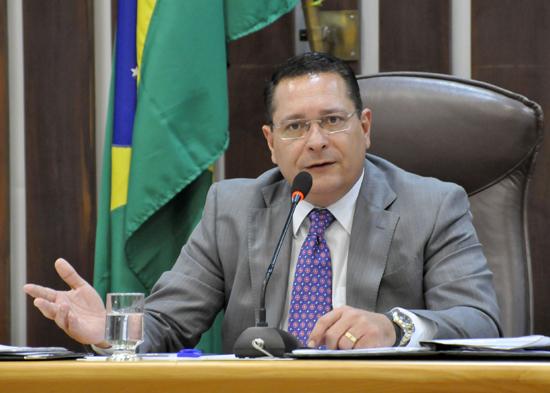 Após teste positivo da esposa, mesmo com exame negativo, presidente da Assembleia Ezequiel Ferreira cumpre isolamento em casa