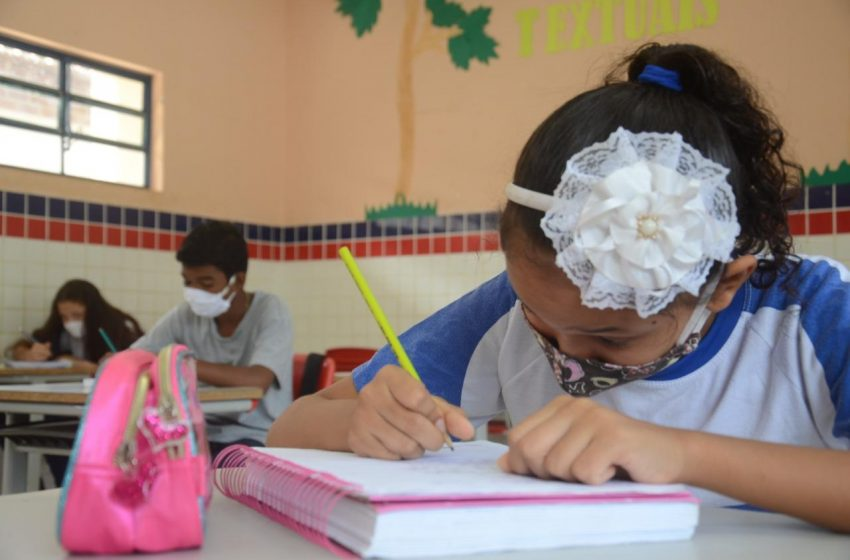 São Gonçalo retoma aulas presenciais na rede municipal de ensino; 53 escolas reabriram em sistema híbrido