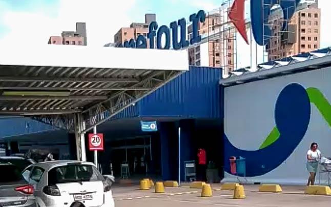 VÍDEO: Meliantes armados roubam malotes no Carrefour zona sul em Natal e levam reféns em fuga