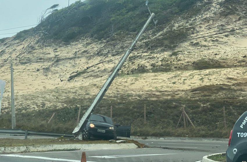 Carro bate em poste e interdita trecho da Via Costeira em Natal