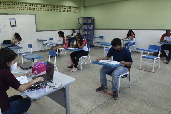 Governo libera aulas presenciais com 100% dos alunos em todas as escolas do RN
